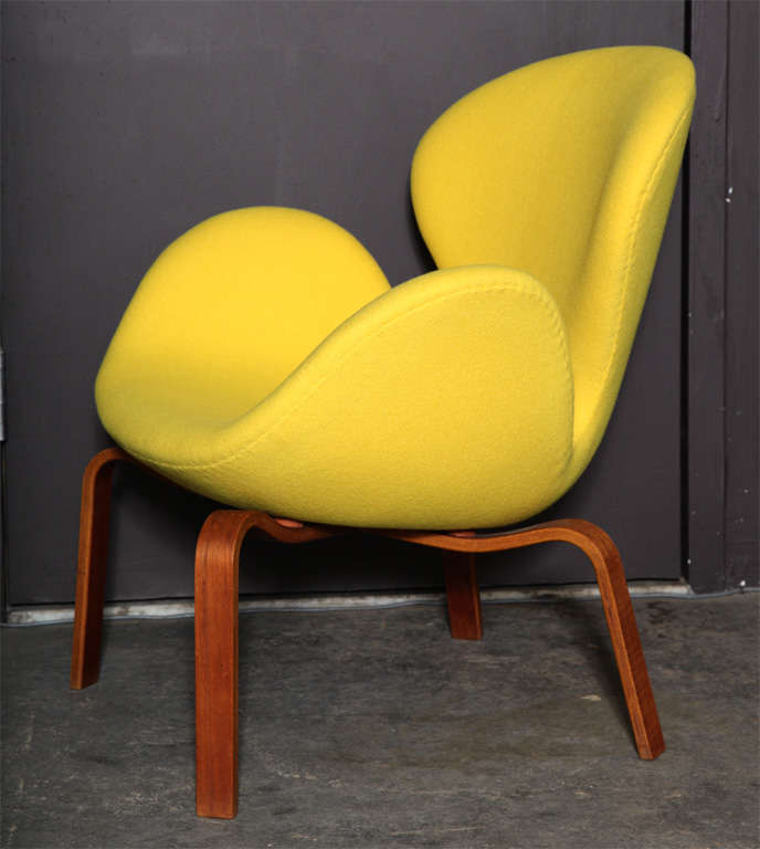 Swan Chair with Wooden Legs by Arne Jacobsen 6