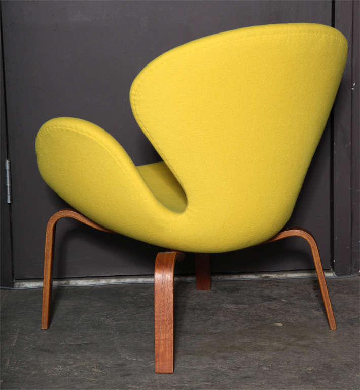 Swan Chair with Wooden Legs by Arne Jacobsen 7