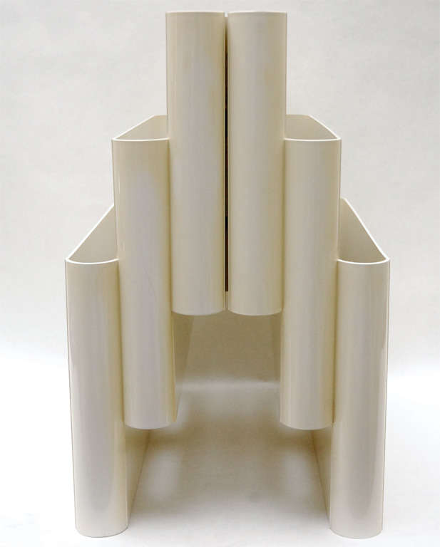 A mod three-tier magazine rack, model 4675, designed by Italian architect Giotto Stoppino for Kartell. It features six compartments and an integrated carry handle at the top. Marked on the bottom