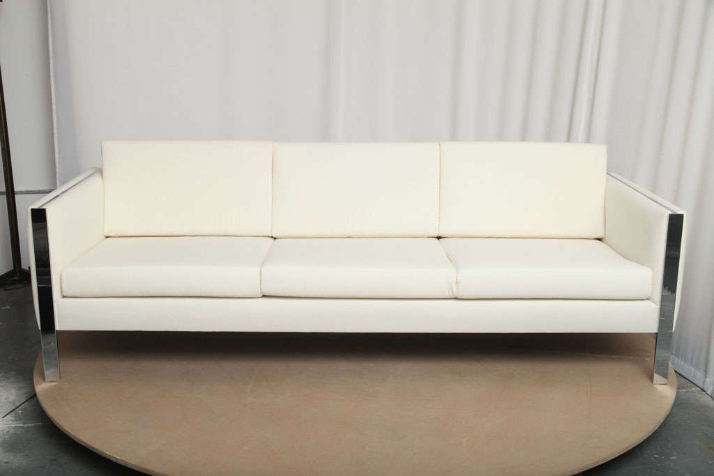 Sofa, Muslin Upholstery in Milo Baughman Style In Excellent Condition For Sale In Brooklyn, NY