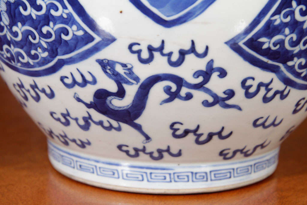 Chinese Blue and White Porcelain Jar In Excellent Condition For Sale In New York, NY