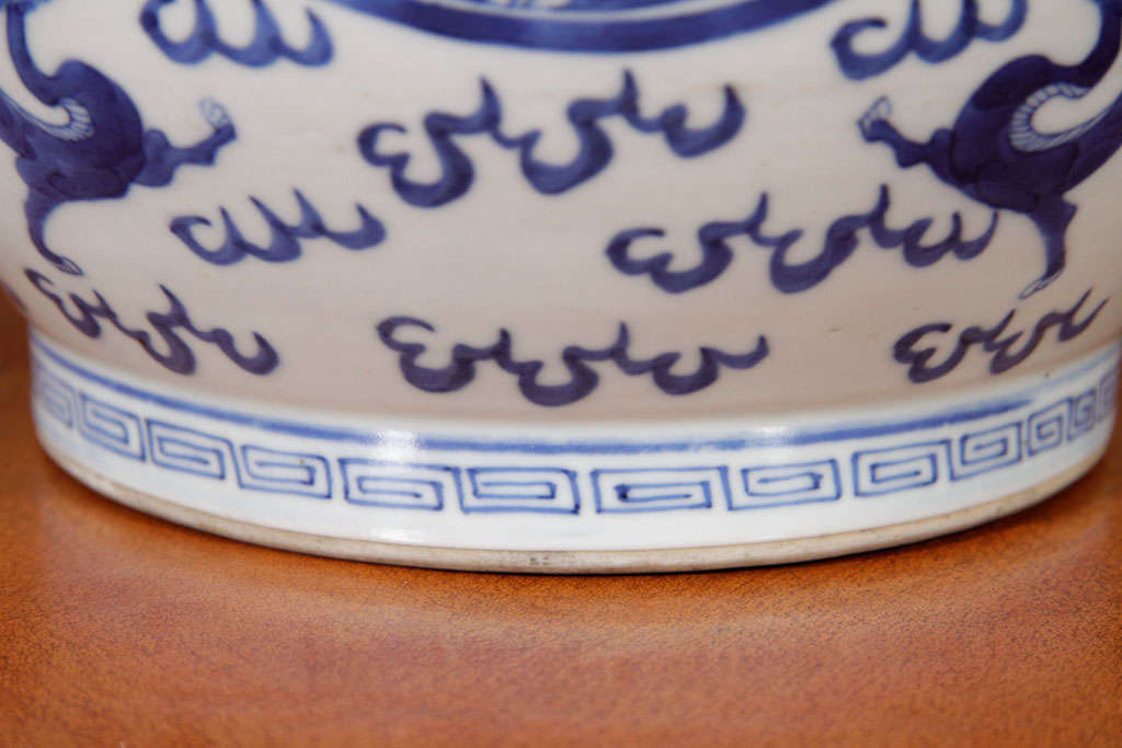 Chinese Blue and White Porcelain Jar For Sale 1