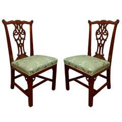 Paar geschnitzte georgische Beistellstühle aus dem 18. Jahrhundert aus Mahagoni, irisch georgische