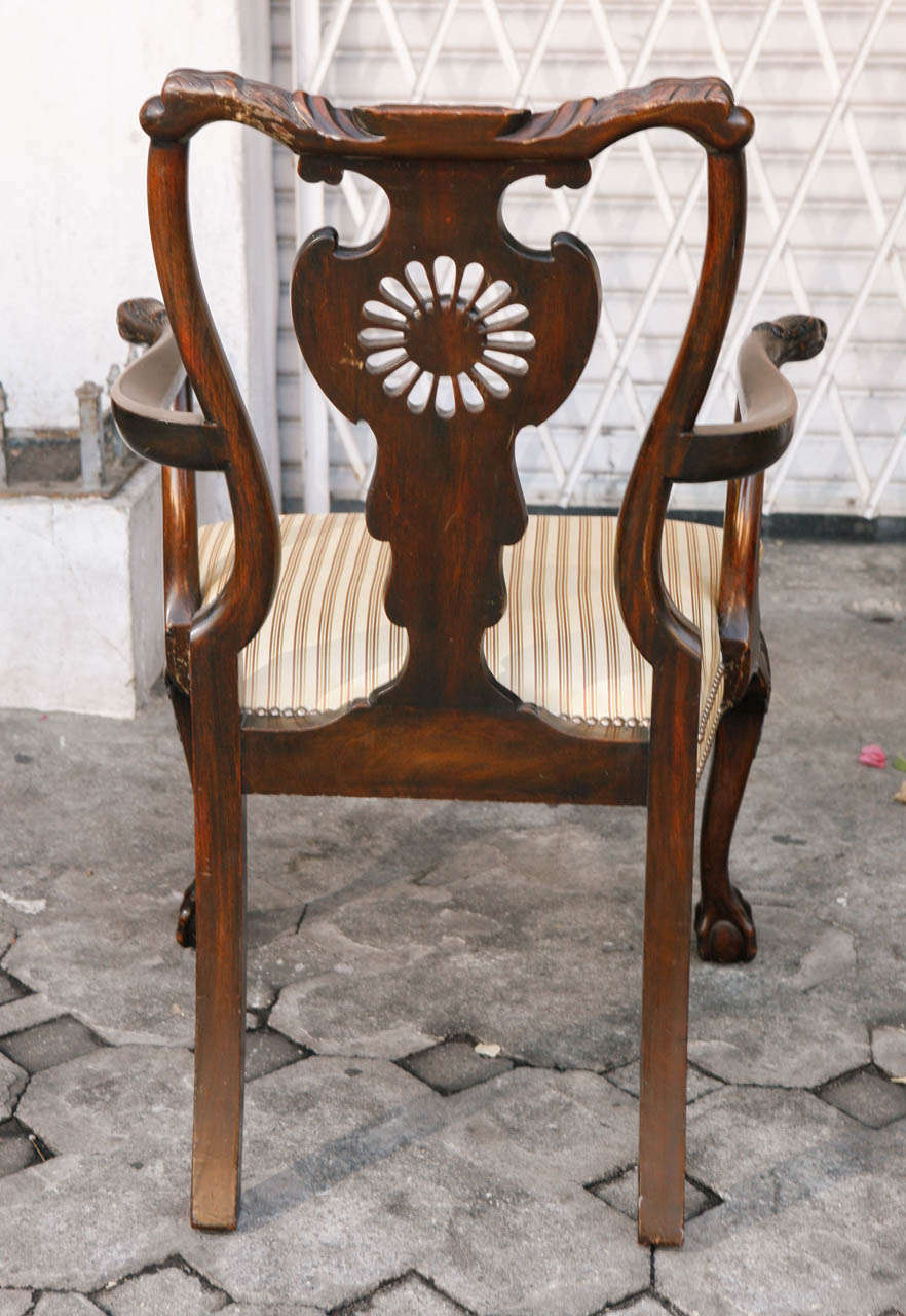 Pair of 1900s English Carved Walnut Armchairs For Sale 3