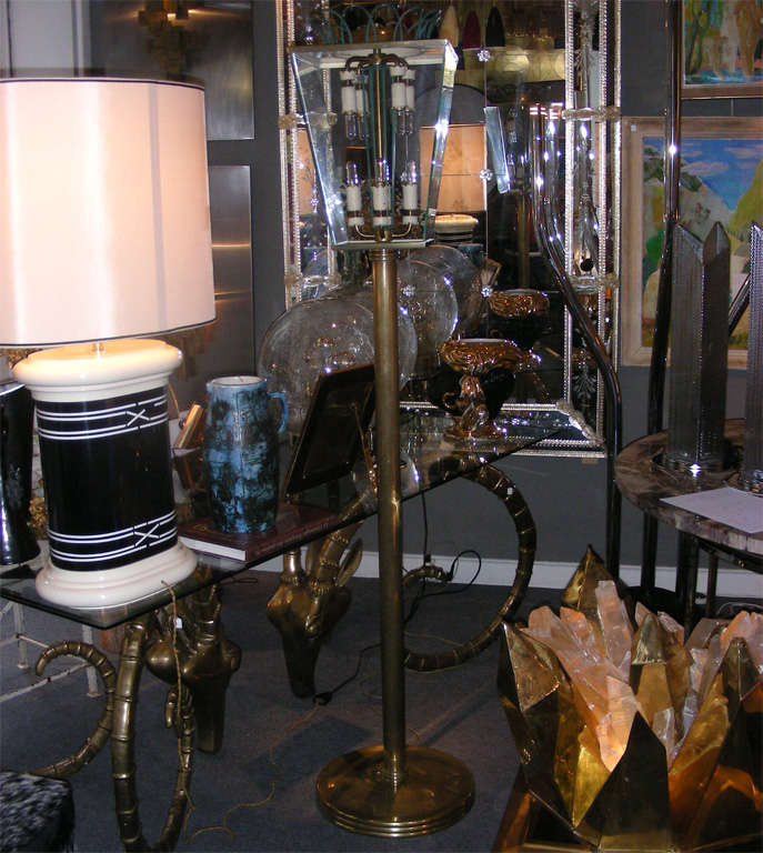 1940s Italian floor lamp in beige lacquered and gilt brass; metal crown in dark green patina. Eight lights.