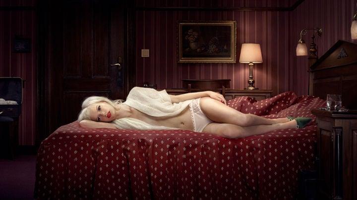 Девушка, поза, комната, кровать, блондинка, лежит, на кровати, в белом
