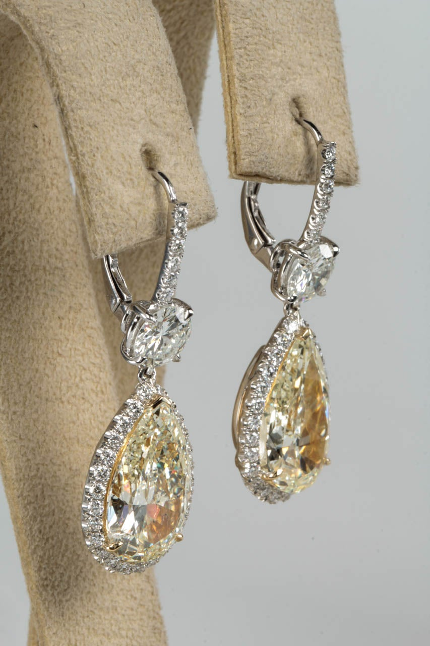 Important Yellow and White Diamond Drop Earrings In New Condition For Sale In New York, NY