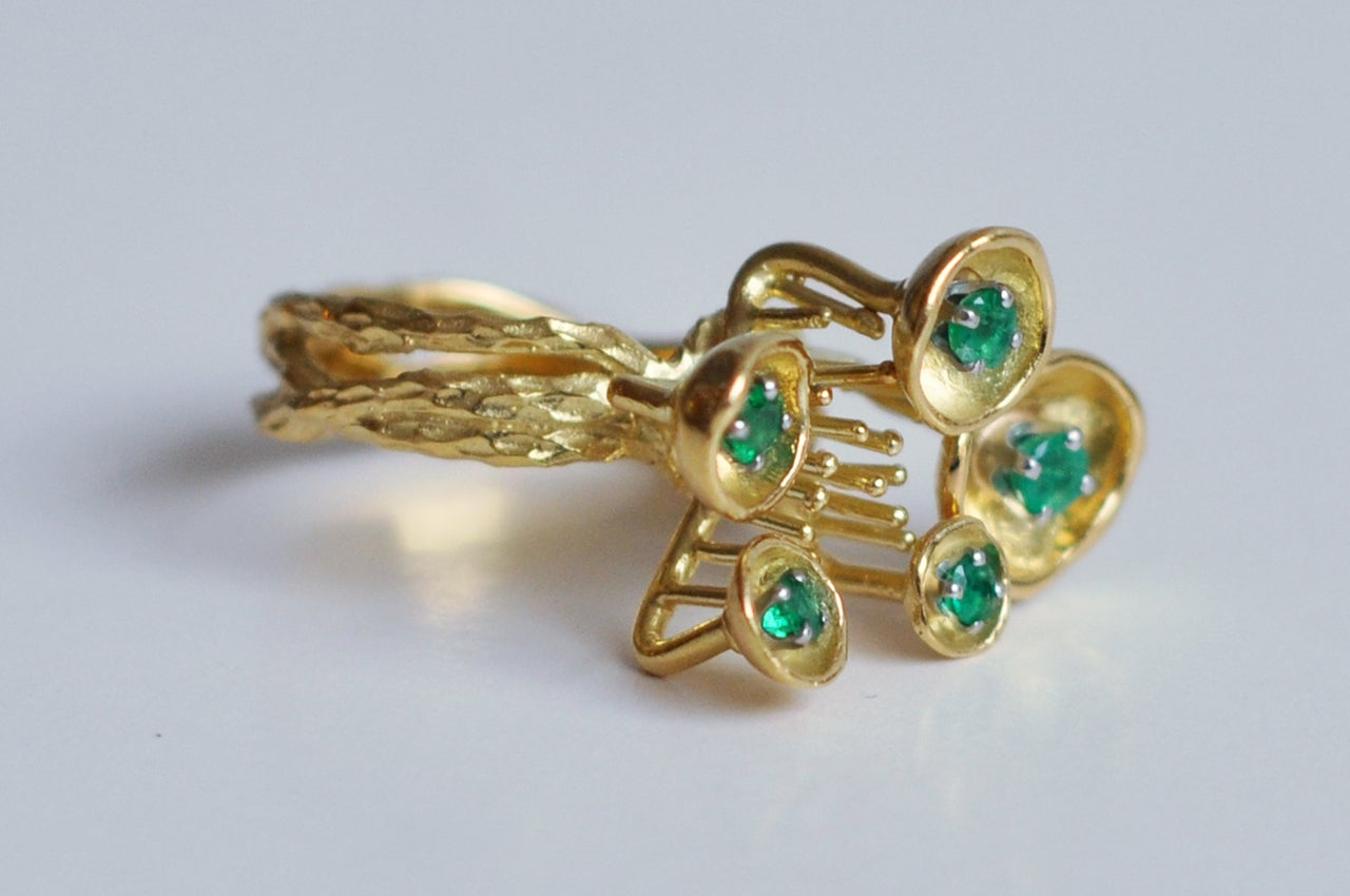Modern 1970s Sculptural 18K Gold and Emerald Ring For Sale