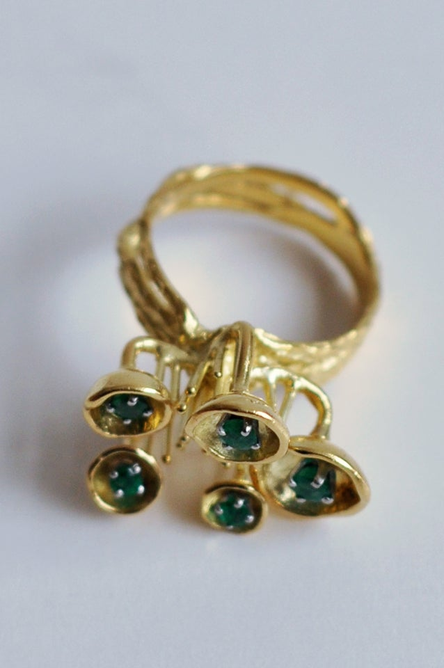 1970s Sculptural 18K Gold and Emerald Ring In Excellent Condition For Sale In Winnetka, IL