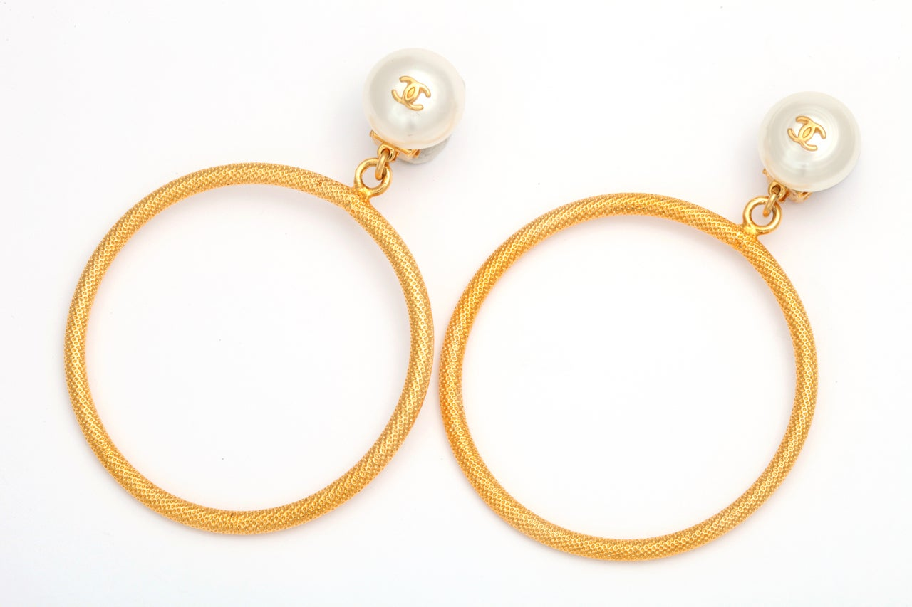CHANEL LARGE CIRCLE DANGLING EARRINGS WITH PEARLS 2