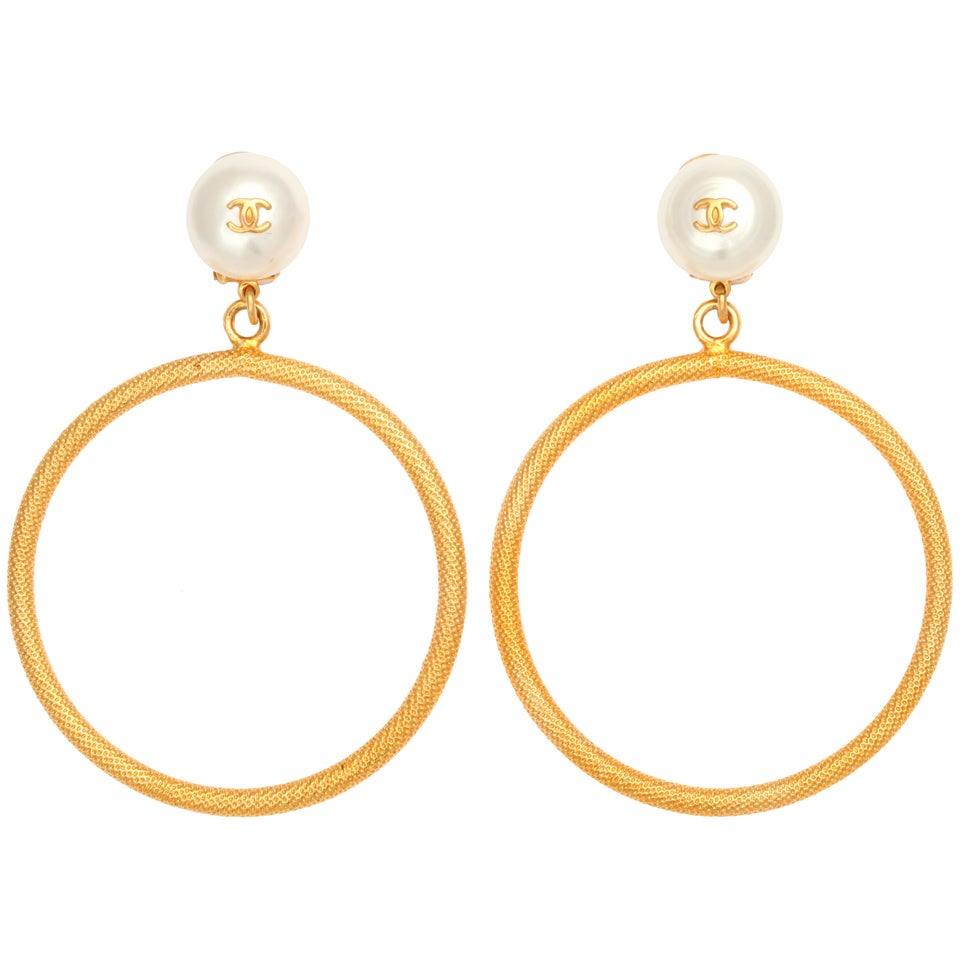 CHANEL LARGE CIRCLE DANGLING EARRINGS WITH PEARLS