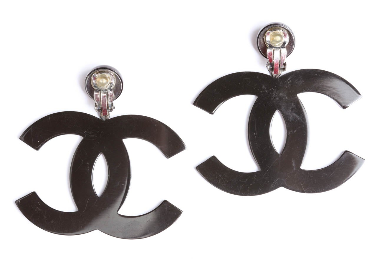 Chanel Large Black CC Dangling Earrings In Excellent Condition For Sale In New York, NY