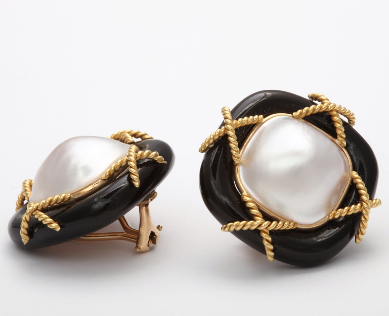 Black Onyx Pearl & Gold Clip on Earrings In Excellent Condition For Sale In New York, NY