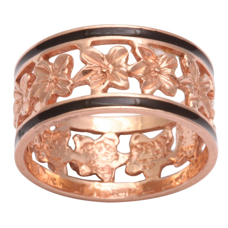 14 Karat Gold Wedding Band with Ivy Leaves and Enamel, circa 1870 For Sale
