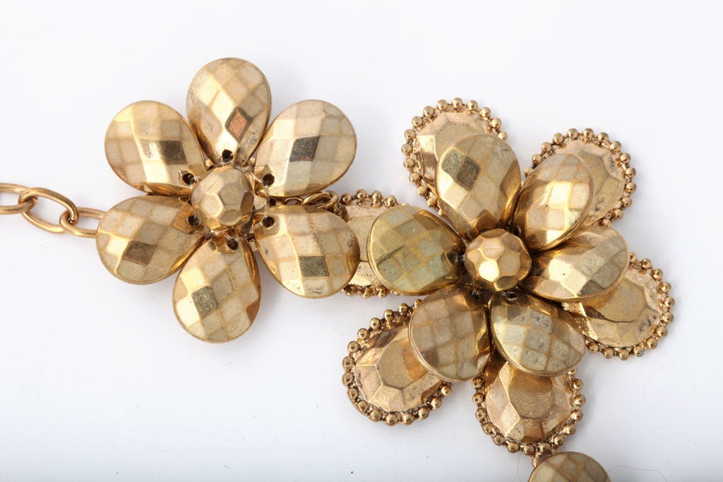 Goldtone Flower Power Necklace In Excellent Condition For Sale In Stamford, CT