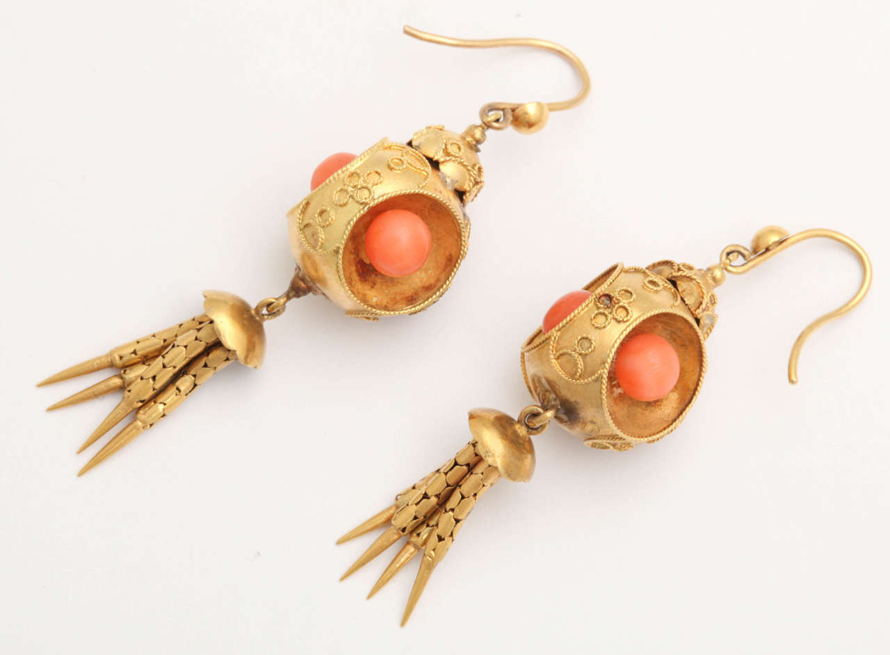 Victorian Coral 18k Gold Chandelier Earrings, circa 1870 In Good Condition For Sale In St. Catharines, ON