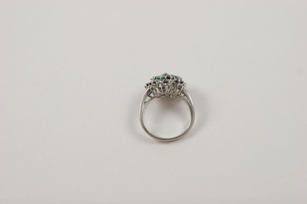 CHIC PLATINUM, SAPPHIRE, EMERALD, & DIAMOND RING For Sale 3