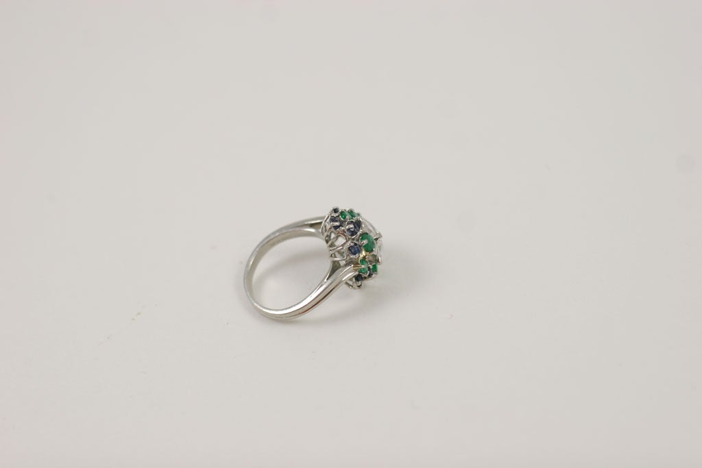 CHIC PLATINUM, SAPPHIRE, EMERALD, & DIAMOND RING For Sale 4