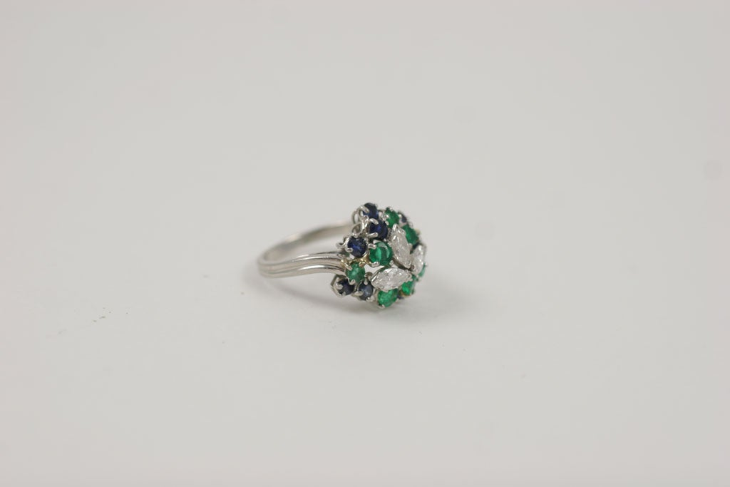 CHIC PLATINUM, SAPPHIRE, EMERALD, & DIAMOND RING For Sale 5
