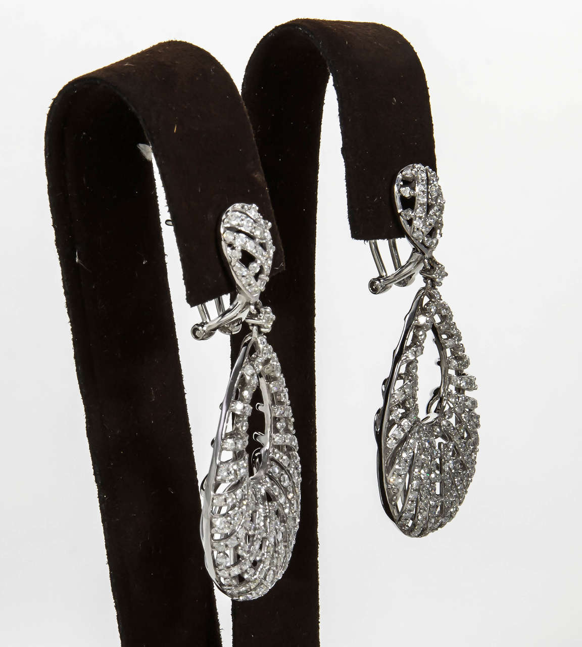 Pear Shaped Diamond Gold Dangle Earrings In New Condition For Sale In New York, NY