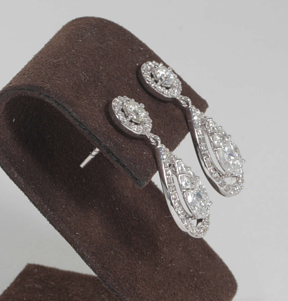 Elegant Illusion Diamond Dangle Earrings In Excellent Condition For Sale In New York, NY