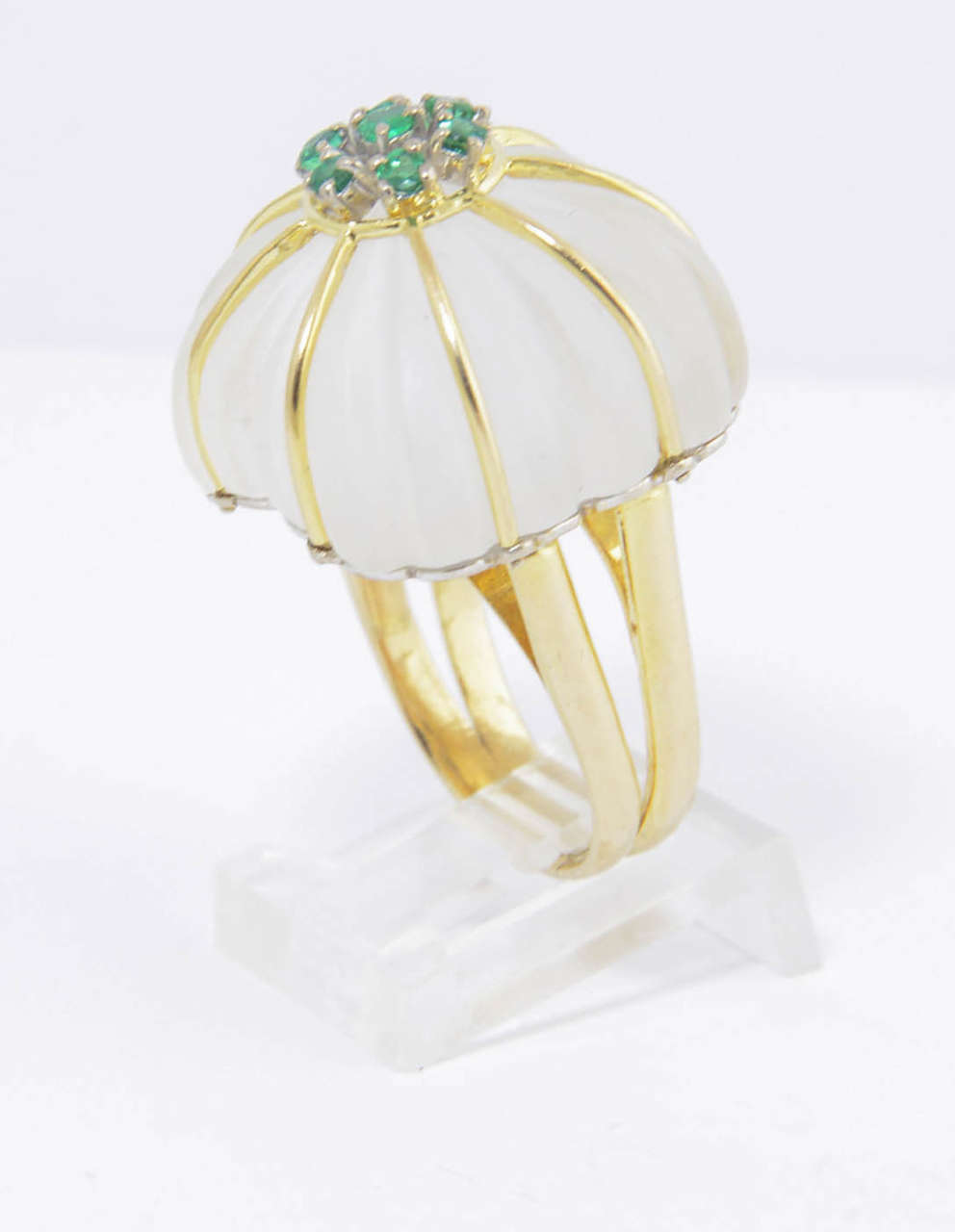 1970s Carved Rock Crystal Emerald Gold Ring In Excellent Condition For Sale In Miami Beach, FL