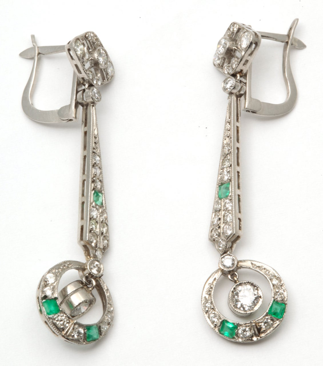 art deco emerald and diamond dangle earrings at 1stdibs. Black Bedroom Furniture Sets. Home Design Ideas