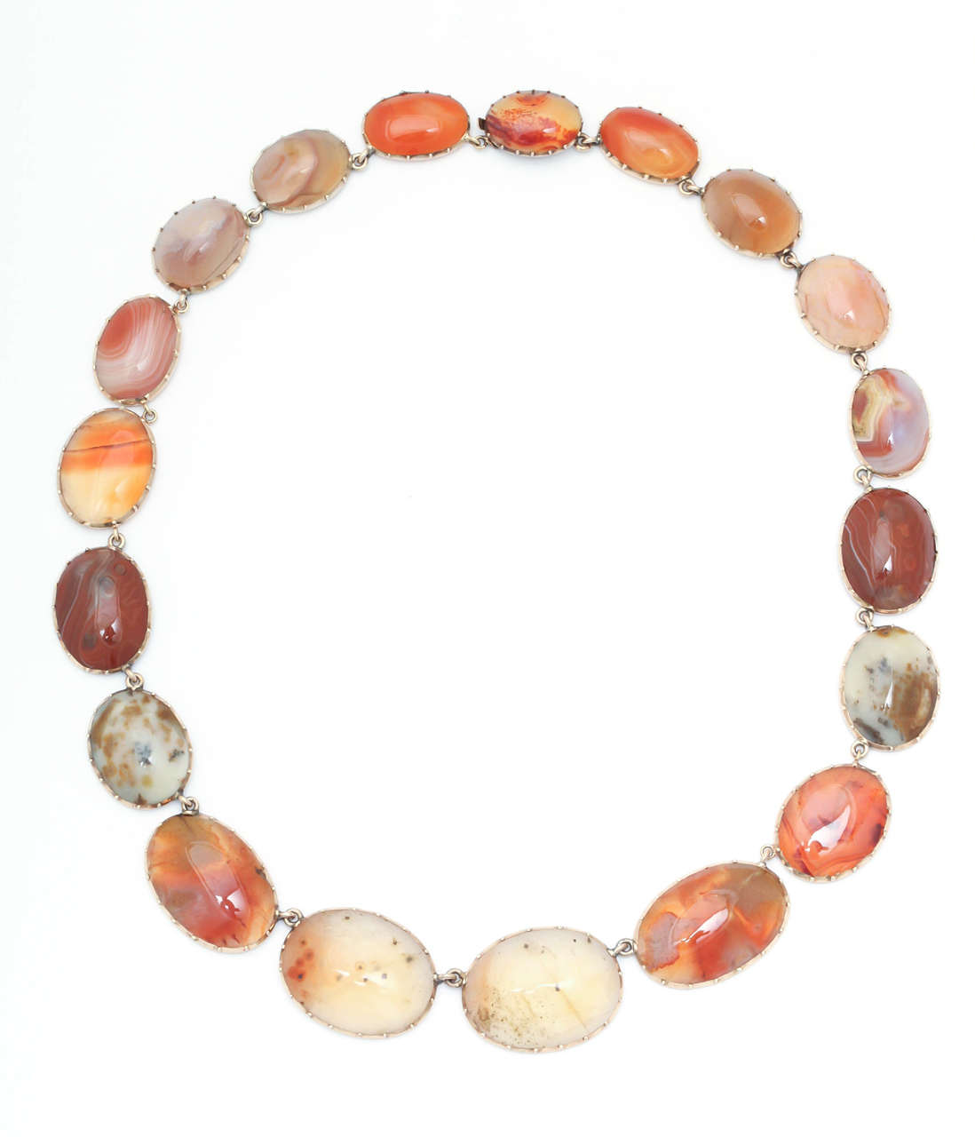 Sunrise-Sunset Color in a Victorian Natural Agate Necklace and Earrings In Excellent Condition For Sale In Hastings on Hudson, NY