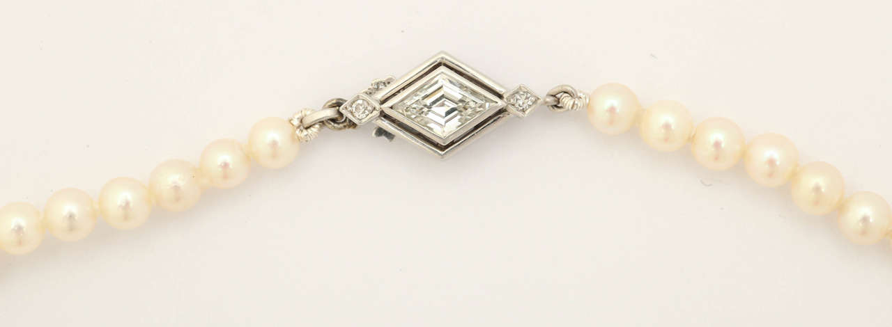 Graduated Cultured Pearl Necklace with Diamond Gold Clasp In Excellent Condition For Sale In TRYON, NC