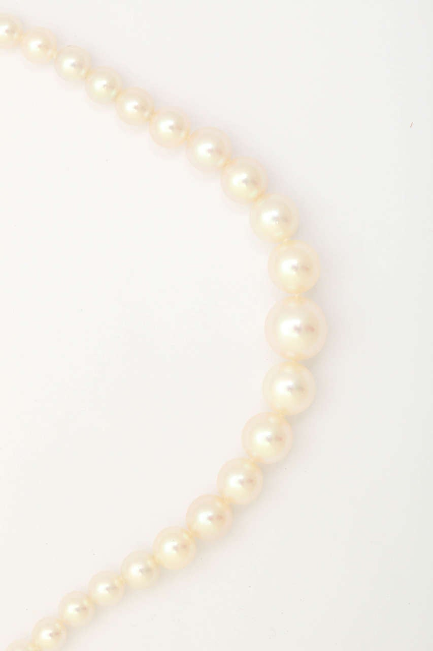 Women's Graduated Cultured Pearl Necklace with Diamond Gold Clasp For Sale