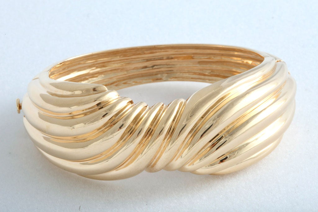 1970's Wide Yellow Gold Bow Bangle - Three Dimensional Bracelet In Good Condition For Sale In Miami Beach, FL
