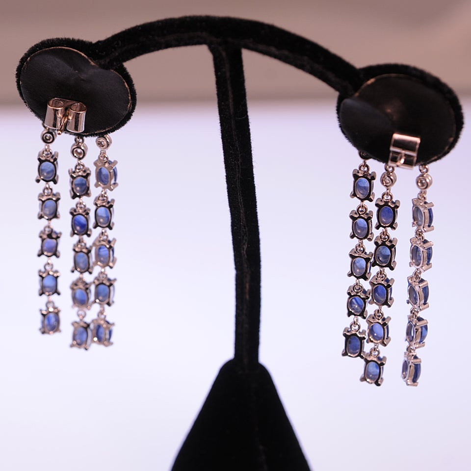 Dangling Sapphire and Diamond Gold Flower Earrings In Excellent Condition For Sale In Miami Beach, FL