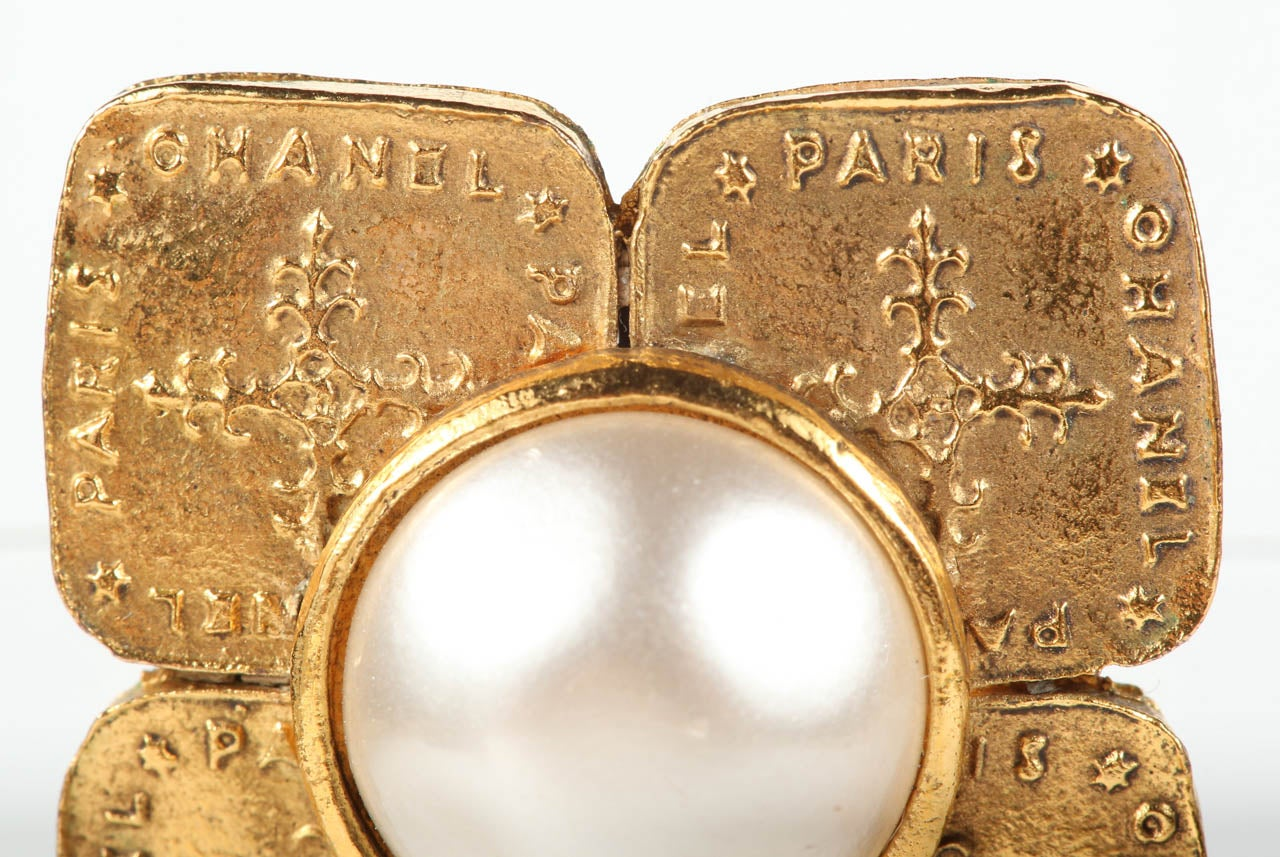 Pair of Chanel Gilt Metal Ear Clips In Excellent Condition For Sale In Los Angeles, CA