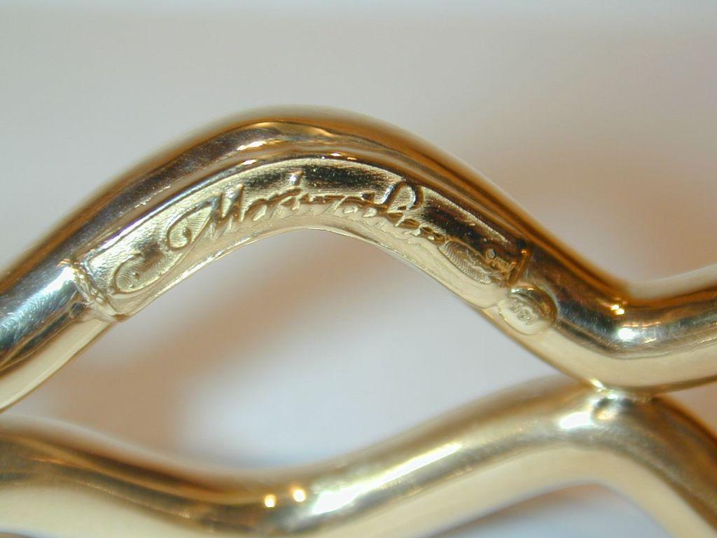 Swinging charm bracelet figures