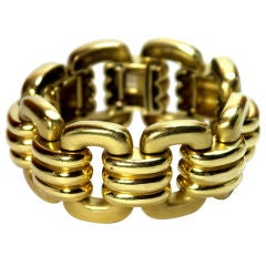 Sophisticated Gold Bracelet with Sleek Connecting Links