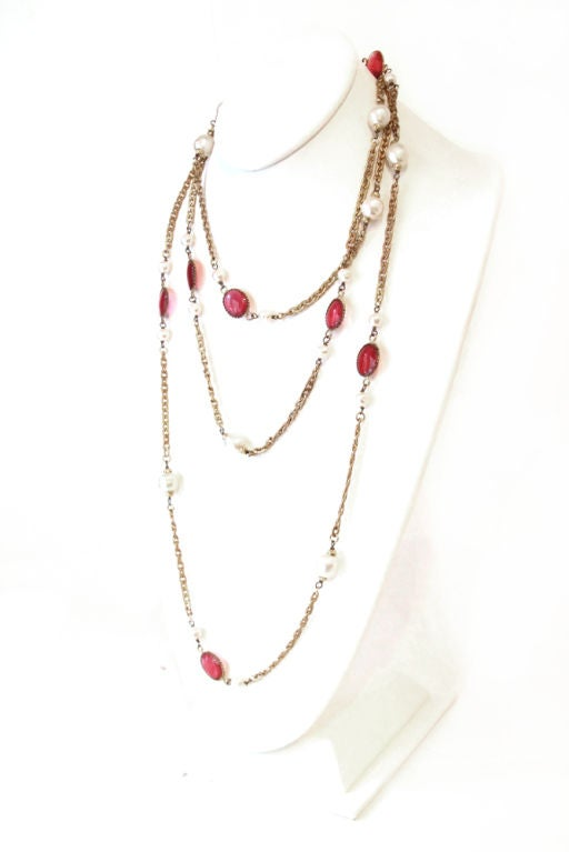 CHANEL VINTAGE RED GRIPOIX & PEARL GOLDEN CHAIN NECKLACE image 3