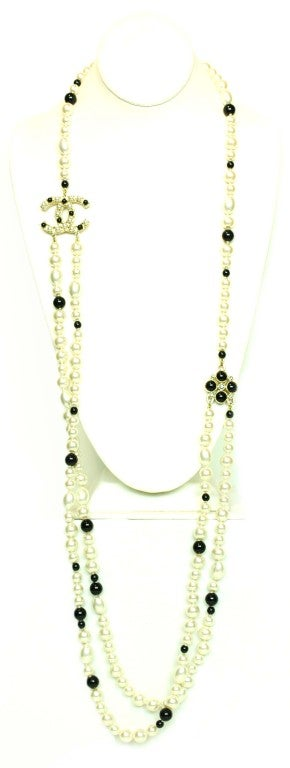CHANEL Black/White Pearl Necklace image 2