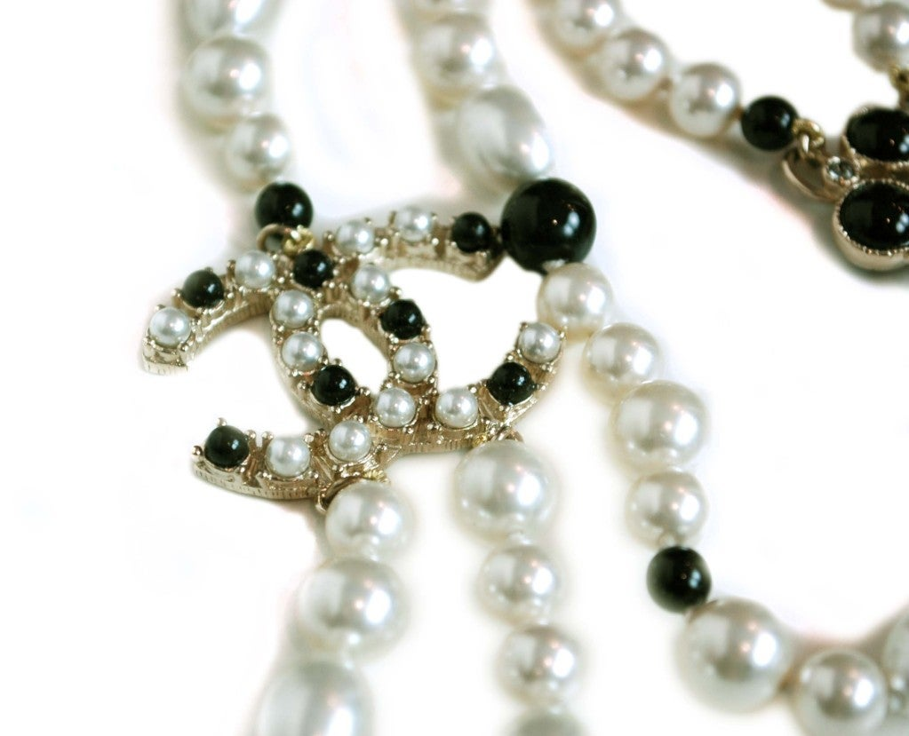 CHANEL Black/White Pearl Necklace image 3