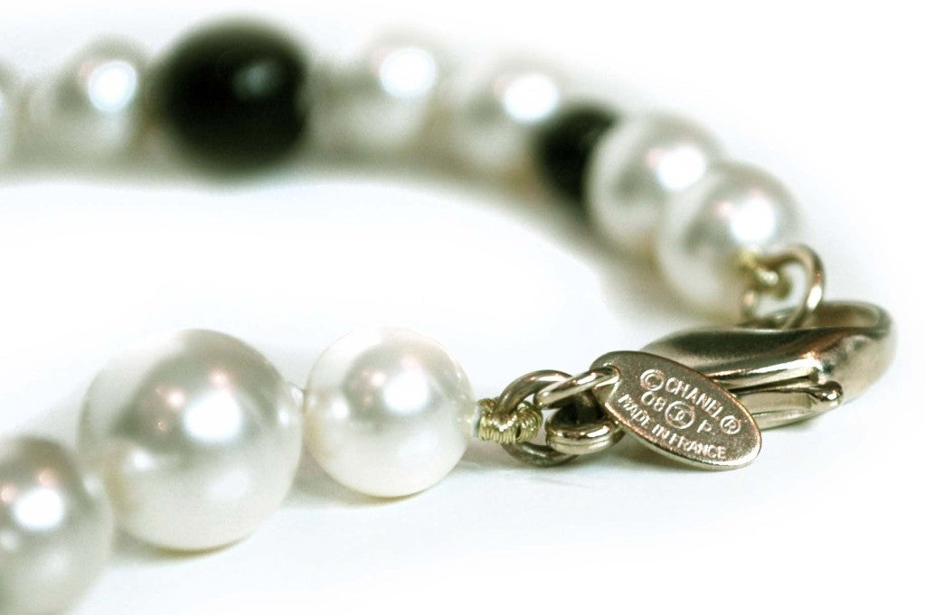 CHANEL Black/White Pearl Necklace image 4