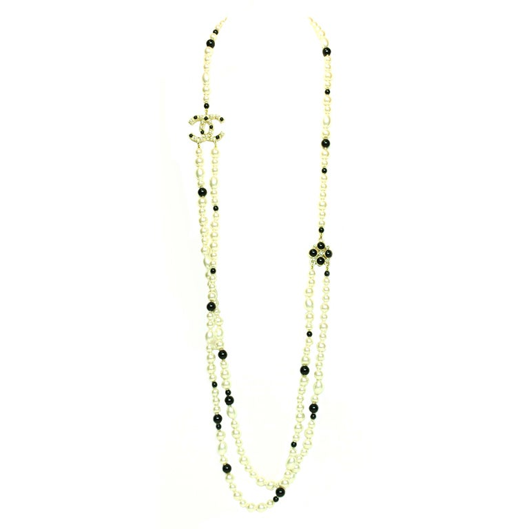 CHANEL Black/White Pearl Necklace