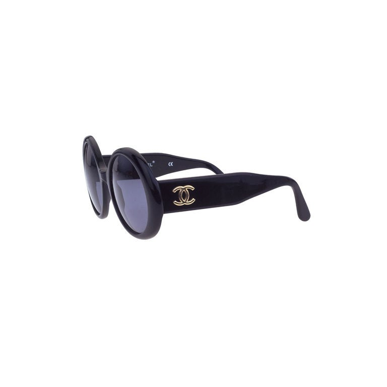 1003221ccc CHANEL Black Round Sunglasses With CC For Sale at 1stdibs