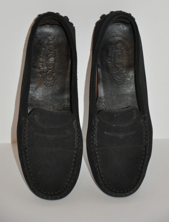 Classic TOD's black calfskin suede driving shoes are sized 38 1/2