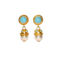 Clip-on earrings in gold with turquoise and pearl accents