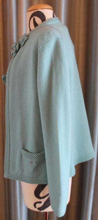 Chanel Turquoise Cashmere Cardigan Set with Detachable Flowers - 40 - 05P For Sale 1