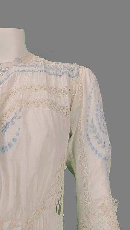 Edwardian blue and white embroidered batiste tea dress early 1900s For Sale 5