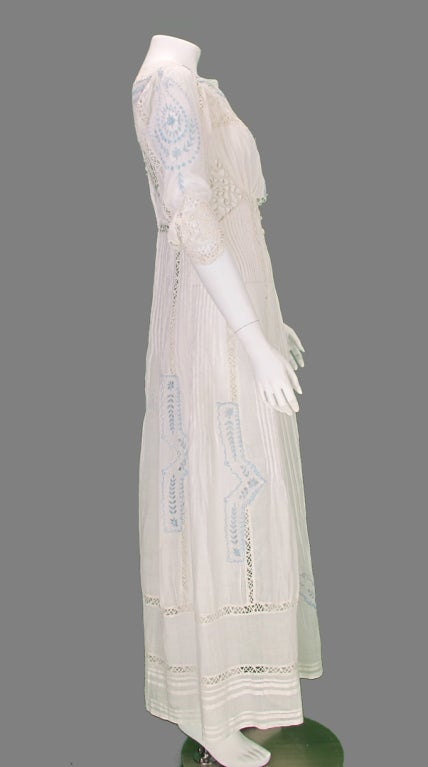 Edwardian blue and white embroidered batiste tea dress early 1900s In Excellent Condition For Sale In West Palm Beach, FL