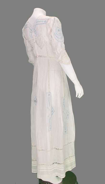 Edwardian blue and white embroidered batiste tea dress early 1900s For Sale 1
