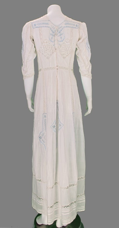 Edwardian blue and white embroidered batiste tea dress early 1900s For Sale 2