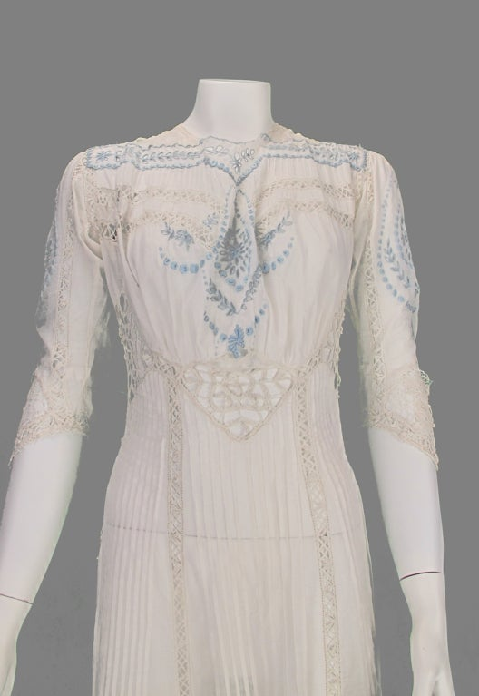 Edwardian blue and white embroidered batiste tea dress early 1900s For Sale 3