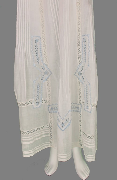 Edwardian blue and white embroidered batiste tea dress early 1900s For Sale 4
